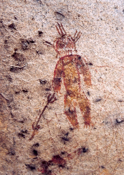Particolare di una delle figure datate a 10.000 anni fa con in mano un oggetto (verosimilmente un'arma) che ricorda enormemente il Vajra di Shiva. Si noti anche come i 3 corni dell'essere ricordino sempre la raffigurazione del dio Rudra/Shiva del sigillo ritrovato a Mohenjo Daro in cui è raffigurata per la prima volta nella storia una posizione Yoga (circa 5000 anni fa).