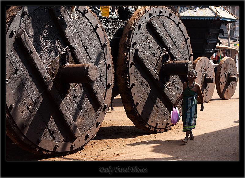 Le ruote di un immenso Ratha cerimoniale a Gokarna (Karnataka, India)