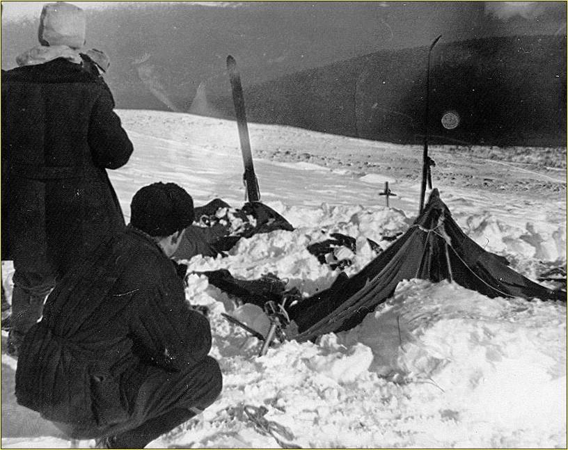 Foto scattata dagli investigatori che mostra lo stato in cui venne ritrovata la tenda del gruppo.