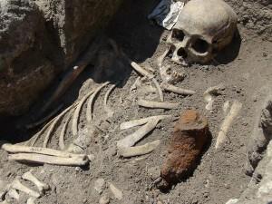 Uno degli scheletri riportati alla luce a Sozopol con accanto il pezzo di ferro con cui gli venne sfondato il petto. (Fotografia di AP)