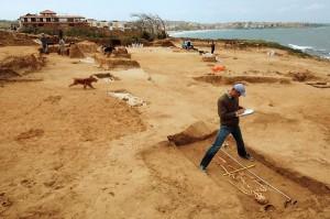 Un archeologo studia uno scheletro trovato in un altro scavo aperto a Sozopol. (Fotografia di Kenneth Garrett, National Geographic)